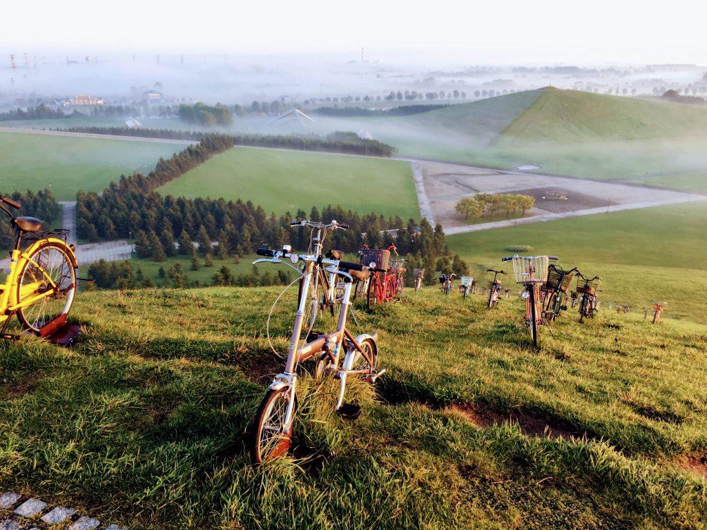 モエレ山 登ってくる自転車